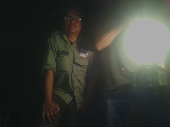 Ade Truna saat berada dalam gua di Londa, Rantepao