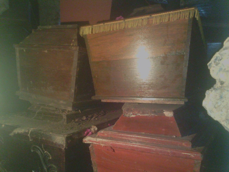 Jenazah moderen dimasukkan dalam peti kemudian disimpan dalam Goa di Londa, Rantepao.