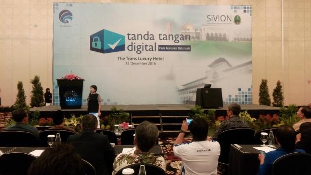 Lis Sutjiati tengah memaparkan urgensi dari Tanda Tangan Digital SiVION