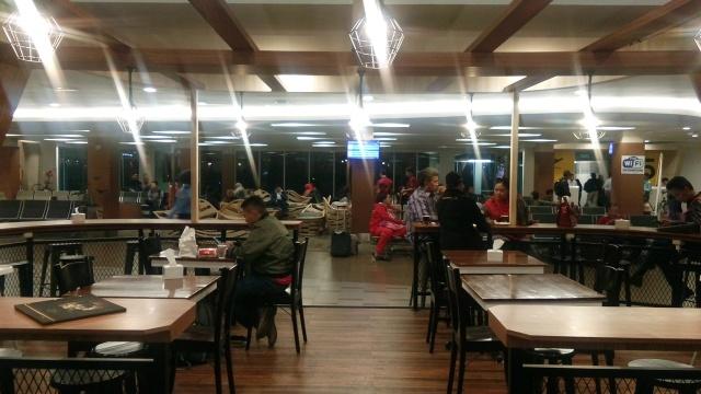 Menghabiskan waktu dengan duduk di cafe yang terdapat di lantai 2 bandar udara husein sastranegara