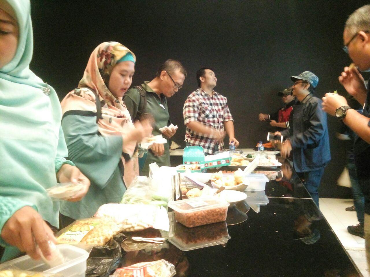 Suasana buka potluck - makanan yang dibawa oleh peserta dari peserta untuk peserta